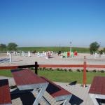 Výhled z terasy na kolbiště a výběhy